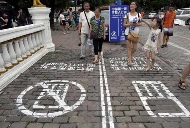 China tem calçada para pedestres que caminham mexendo no celular