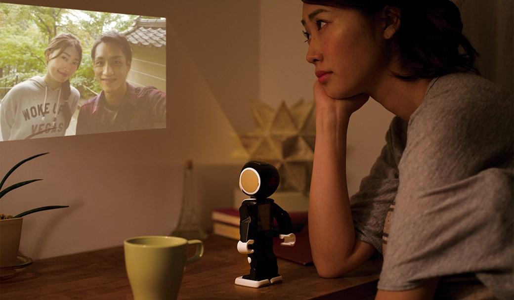 Sharp trabalha em smartphone na forma de robô que anda e reconhece o dono