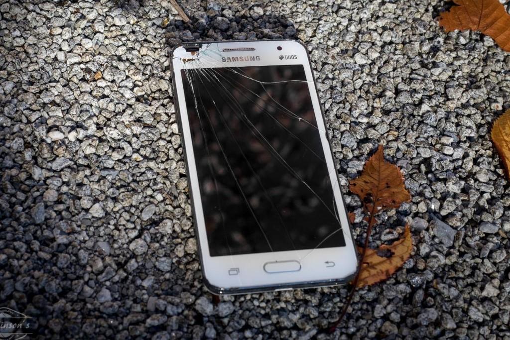 Como faço para redefinir um celular Android com a tela quebrada?