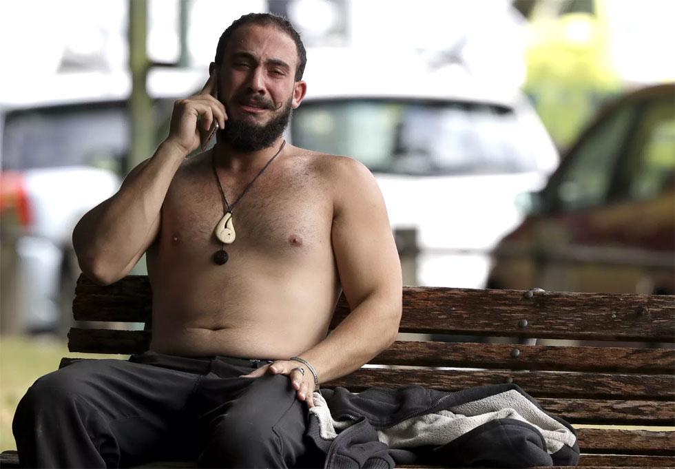 homem chora após ataque em mesquita na nova zelândia