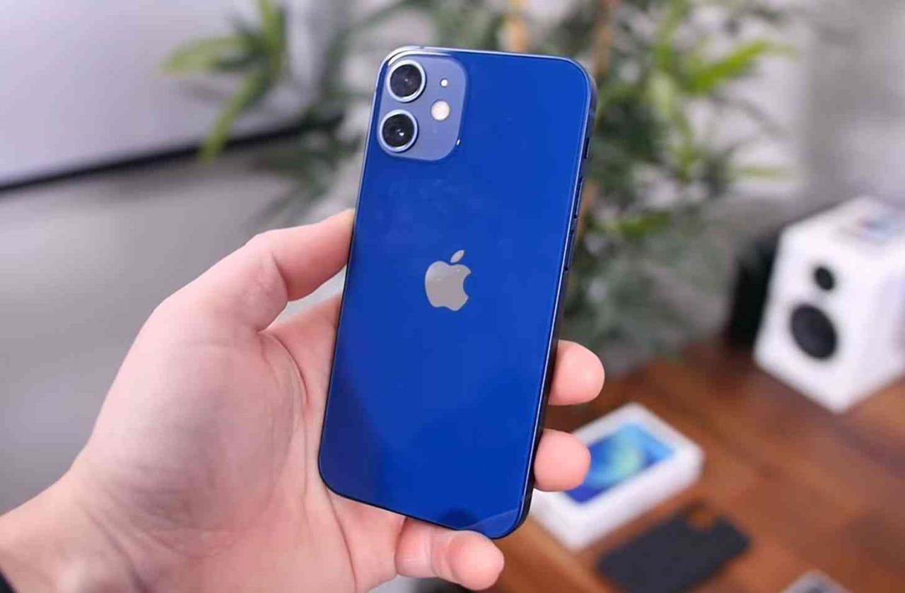 iphone 12 mini azul na mão