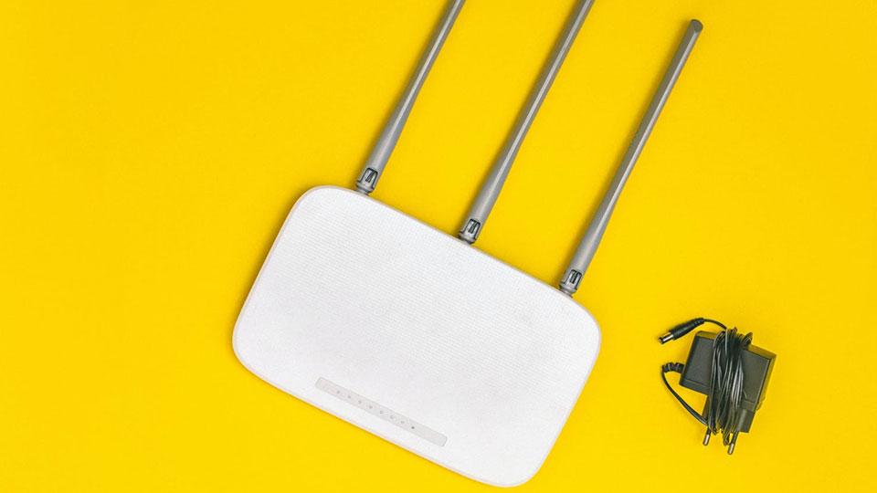 router de internet y el cable de alimentación
