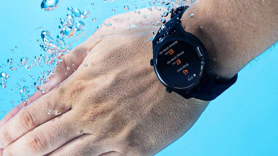 Haylou RS3 no pulso mergulhado na água