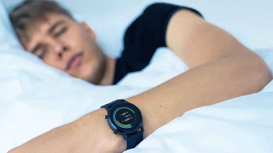 haylou rs3 no pulso de um jovem dormindo