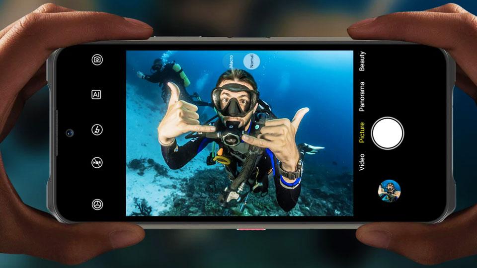 Oukitel WP13 dans l'eau montrant un plongeur