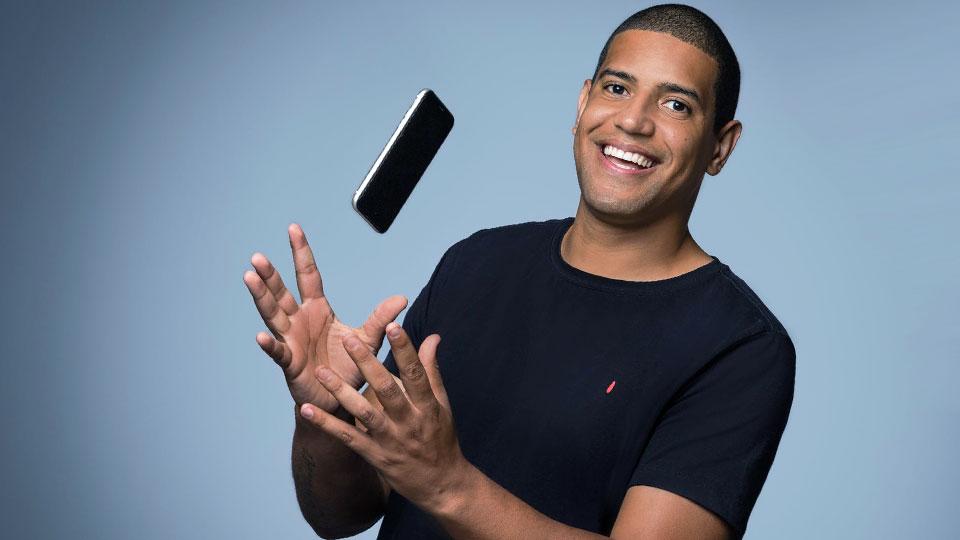 homme avec une chemise noire lançant un smartphone noir